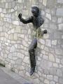 montmartre paris le passe muraille artist jean marais french buildings european man passes walls france parisienne bronze scupture frue norvin la francia frankreich