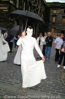 edinburgh festival wierd performers umbrellas street buskers arts misc. theatre perfomance art midlothian central scotland scottish scotch scots escocia schottland united kingdom british