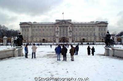 buckingham palace tourists snow royalty queen tourism famous sights london capital england english uk westminster cockney angleterre inghilterra inglaterra united kingdom british