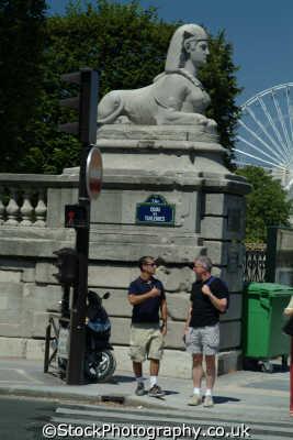 men crossing road paris french european travel parisienne france la francia frankreich europe