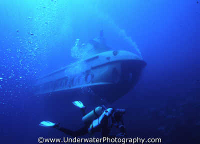 diver sub submarine divers diving people scuba underwater marine submersible vehicle israel jewish middle east israeli