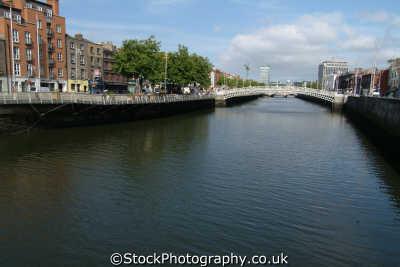 river liffey ha penny bridge dublin uk rivers waterways countryside rural environmental áth cliath republic ireland eire irish irland irlanda europe european