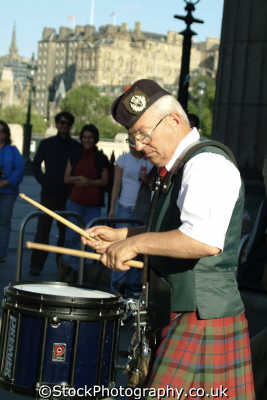 edinburgh busking drummer music musicians musical arts misc. kilt busker midlothian central scotland scottish scotch scots escocia schottland great britain united kingdom british