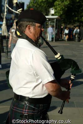 edinburgh busking piper music musicians musical arts misc. bagpipes kilt busker midlothian central scotland scottish scotch scots escocia schottland great britain united kingdom british