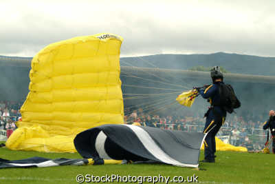 golden lions parachute display team highland games extreme sports adrenaline sporting uk control fort william highlands islands scotland scottish scotch scots escocia schottland great britain united kingdom british