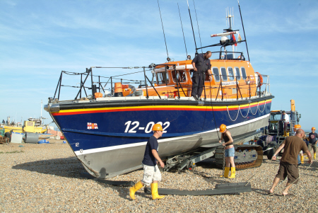 launching hastings lifeboat sequence secure chains halfway lift trailer rnli coastguard rescue uk emergency services sussex home counties england english angleterre inghilterra inglaterra united kingdom british