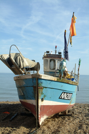 beached fishing boats. stade hastings boats marine sussex home counties england english angleterre inghilterra inglaterra united kingdom british