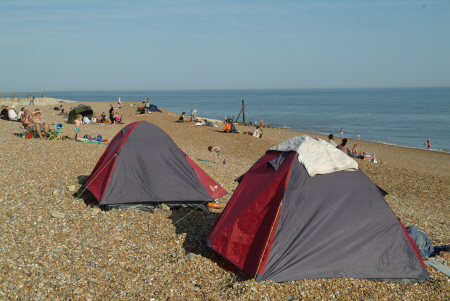 beach camping. stade hastings camping caravanning leisure tents sussex home counties england english angleterre inghilterra inglaterra united kingdom british
