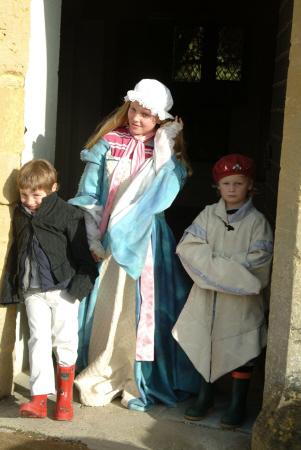 children dressed tudor clothing sudely castle costumes costumed gloucestershire england english angleterre inghilterra inglaterra united kingdom british
