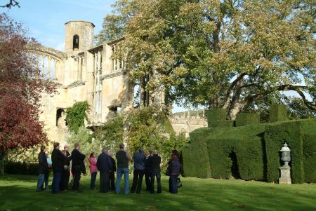sudely castle tour guide explains british castles architecture architectural buildings gloucestershire england english angleterre inghilterra inglaterra united kingdom