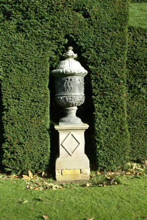 ornamental urn garden sudely castle british castles architecture architectural buildings gloucestershire england english angleterre inghilterra inglaterra united kingdom