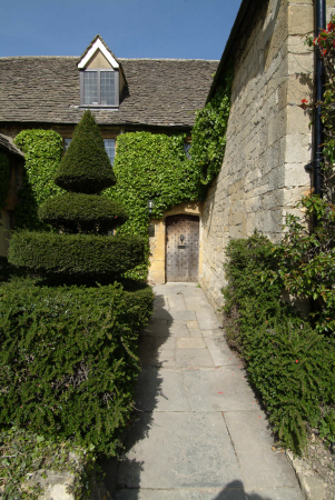 topiary ivy covered cotswold house broadway worcestershire midlands towns england english gloucestershire angleterre inghilterra inglaterra united kingdom british