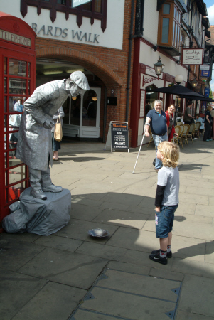 boy street performer stratford avon warwickshire midlands england english angleterre inghilterra inglaterra united kingdom british