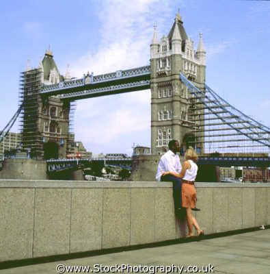 tower bridge london multi racial couple multicultural ethnic people persons ehtnic city cockney england english angleterre inghilterra inglaterra united kingdom british