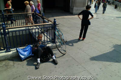 cycle messenger writing woman working people persons engrossed waiting westminster london cockney england english angleterre inghilterra inglaterra united kingdom british