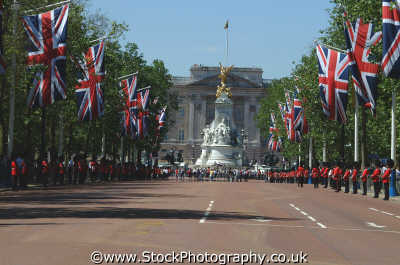 view mall buckingham palace royalty queen tourism famous sights london capital england english uk westminster cockney angleterre inghilterra inglaterra united kingdom british