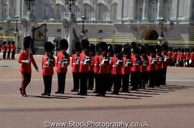 parade outside buckingham palace royalty queen tourism famous sights london capital england english uk westminster cockney angleterre inghilterra inglaterra united kingdom british