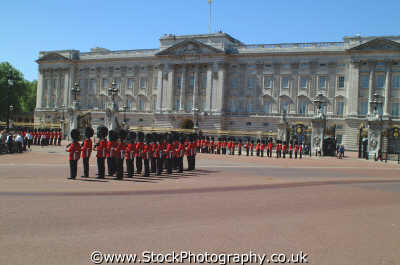 trooping colour buckingham palace royalty queen tourism famous sights london capital england english uk pagent ceremony ceremonial westminster cockney angleterre inghilterra inglaterra united kingdom british