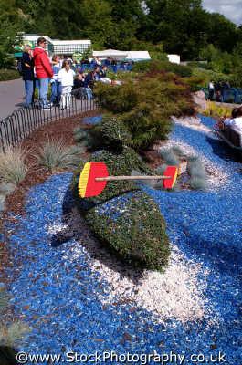 topiary canoeist legoland theme park uk parks amusement tourist attractions leisure canoe paddle model berkshire england english angleterre inghilterra inglaterra united kingdom british
