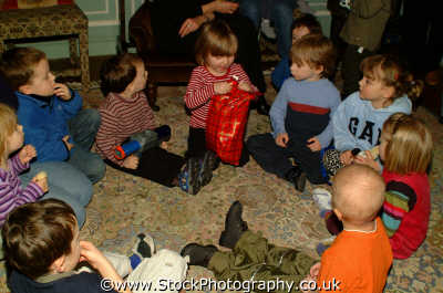 pass parcel children infant groups people persons party games london cockney england english angleterre inghilterra inglaterra united kingdom british
