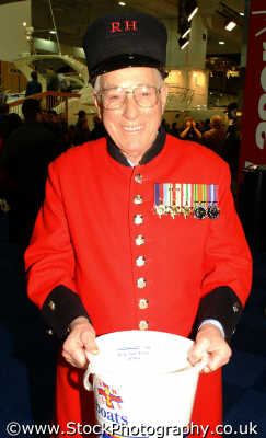 chelsea pensioner charity bucket uk military militaries kensington london cockney england english angleterre inghilterra inglaterra united kingdom british