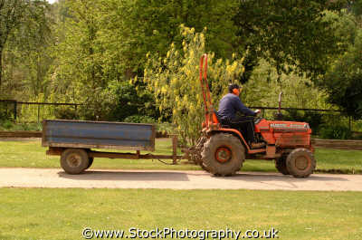 man tractor labour working people persons trailer berkshire england english angleterre inghilterra inglaterra united kingdom british