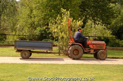 man tractor labour working people persons trailer berkshire england english angleterre inghilterra inglaterra united kingdom british