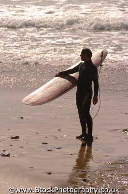 lone surfer surfing surfboarding extreme sports adrenaline sporting uk solitary newquay cornish cornwall england english angleterre inghilterra inglaterra united kingdom british