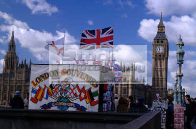 souvenir stand westminster bridge big ben parliament square famous sights london capital england english uk tourism cockney angleterre inghilterra inglaterra united kingdom british