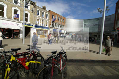 slough town square shoppers south east towns southeast england english uk buckinghamshire bucks angleterre inghilterra inglaterra united kingdom british