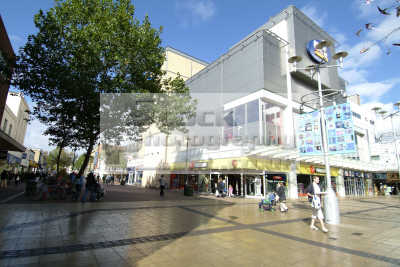 slough shoppers high street south east towns southeast england english uk buckinghamshire bucks angleterre inghilterra inglaterra united kingdom british