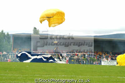 golden lions parachute display team landing highland games extreme sports adrenaline sporting uk fort william highlands islands scotland scottish scotch scots escocia schottland great britain united kingdom british