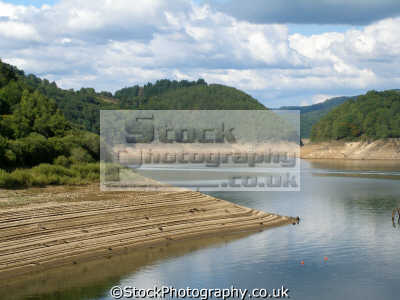 reservoir dordgogne river near bort-les-orgues bort les orgues bortlesorgues limousin france. shot shows terracing successive years falling levels. french landscapes european travel drought dam barrage global warming climate change dordogne aquitaine france la francia frankreich europe