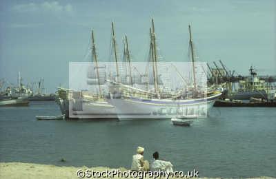 egyptian sambuks traditional large arab dhow cargo boats men port sudan harbour red sea fishing marine misc. indian ocean egypt pharoh middle east sudanese
