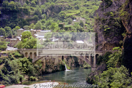 beautifully situated st-chely-du-tarn st chely du tarn stchelydutarn gorges-du-tarn gorges du tarn gorgesdutarn languedoc-roussillon languedoc roussillon languedocroussillon french landscapes european travel mediaeval medieval river pont bridge church eglise lozère limestone france la francia frankreich europe