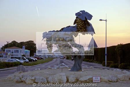 vine sculpture st-pierre-d st pierre d stpierred oleron france french european travel charente maritime island grapes evening twilight sunset poitou poitou-charentes poitou charentes poitoucharentes la francia frankreich europe
