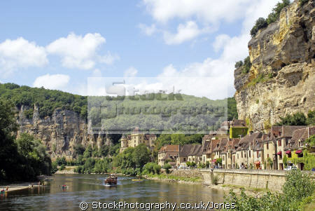 gabarre traditional flat-bottomed flat bottomed flatbottomed boat river dordogne la roque-gageac roque gageac roquegageac french landscapes european travel gabard château malartrie cliffs limestone yellow beach promenade mediaeval medaeval perigord noir pendoïlles aquitaine france francia frankreich europe