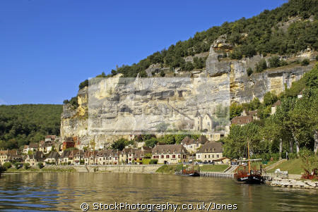 la roque-gageac roque gageac roquegageac river dordogne. french landscapes european travel aquitaine cliffs limestone yellow ancient mediaeval medaeval perigord noir pendolles cingle promenade dordogne france francia frankreich europe