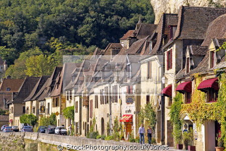 houses lining river dordogne la roque-gageac. roque gageac roquegageac french buildings european travel cliffs limestone yellow beach promenade mediaeval medaeval perigord noir pendoïlles cingle aquitaine france francia frankreich europe
