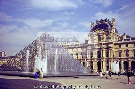 louvre art gallery pyramid paris french buildings european travel fountain museum sculpture statues mouseé musée du da vinci cezanne monet manet parisienne france la francia frankreich europe