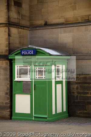 police communications box situated town hall sheffield south yorkshire england uk cops emergency services restored original wooden city centre english angleterre inghilterra inglaterra great britain united kingdom british grande-bretagne grande bretagne grandebretagne großbritannien gran bretagna bretaña