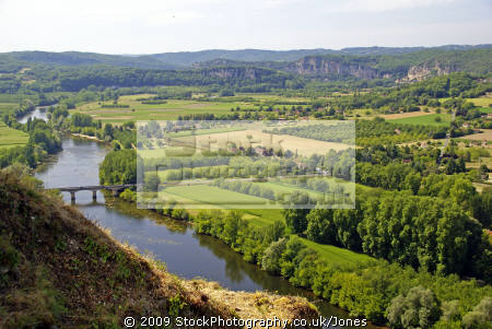 view dordogne valley village domme french landscapes european travel aquitaine floodplain farming arable cultivation countryside river perigord noir france la francia frankreich europe