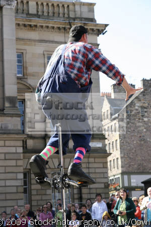 performing edinburgh festival street performers buskers arts misc. clown juggler united kingdom british