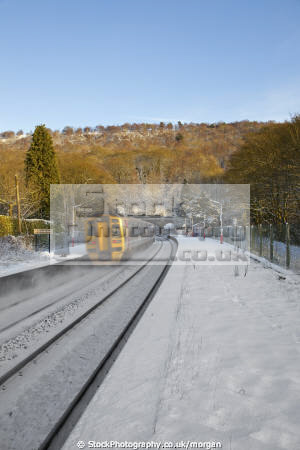 train passing grindleford station derbyshire uk railway stations railways railroads transport transportation winter snow moving peak district england english angleterre inghilterra inglaterra united kingdom british
