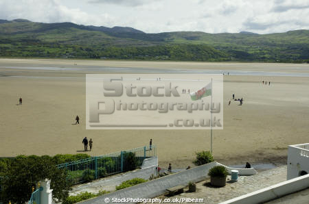 people walking estury sands low tide portmeirion north wales human activities river sand backlit gwynedd welsh país gales united kingdom british