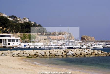 spanish resort sant feliu guixols. catalunya catalonia espana european església espagne españa beach sandy bay holiday platja costa brava harbour marina spain spanien la spagna