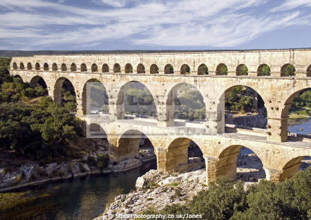 roman aquaduct pont du gard languedoc roussillon southern france french buildings european nimes ruin classical archeaology building stonework limestone bridge vers remoulins la francia frankreich