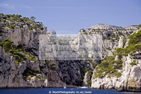 entrance calanque en vau near cassis provence french landscapes european bouches-du-rhône bouches du rhône bouchesdurhône beach sea cliffs paca provence-alpes-côte provence alpes côte provencealpescôte azur france limestone geology la francia frankreich