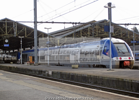 brive le gaillarde station commuter train waiting platform french buildings european gare railway chemin fer sncf track signals paris parisienne france la francia frankreich