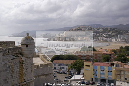 pe iscola spain looking south beach city walls spanish espana european espagne espa bay holiday vacation mediterranean valencia valenciana castell costa del azahar peniscola sandy surf seashore spanien la spagna